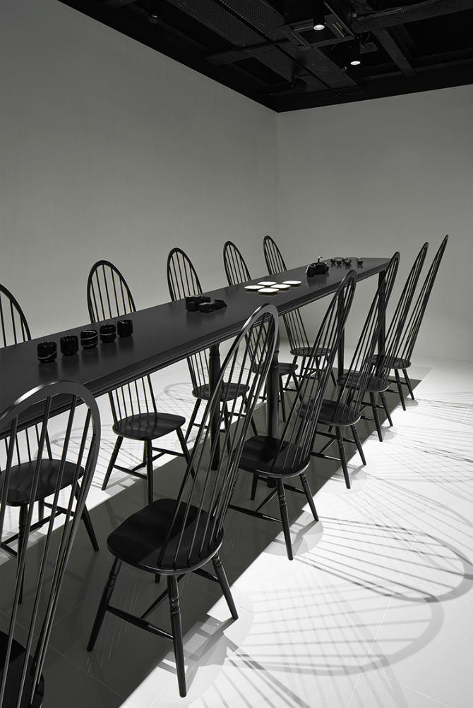 Nendo Studio Creates Optical Illusion with a Black Chair black chair Nendo Studio Creates Optical Illusion with a Black Chair Nendo Studio Creates Optical Illusion with Dining Room Furniture 3