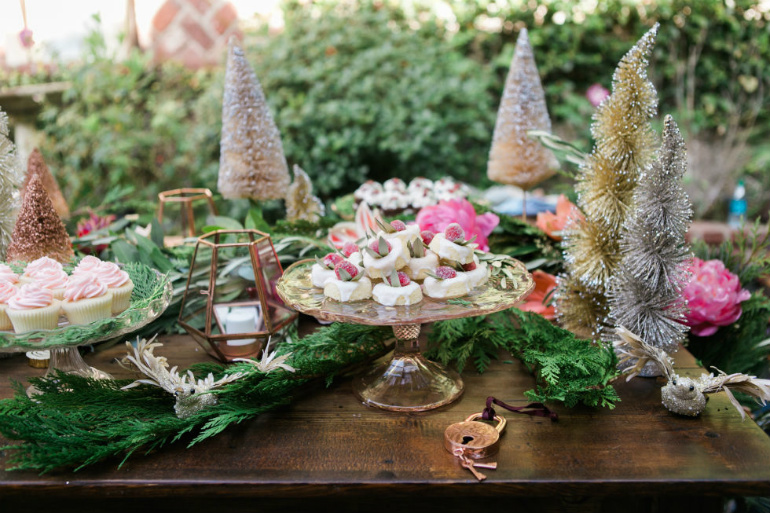 How To Decorate Your Dining Room Table This Christmas dining room table How To Decorate Your Dining Room Table This Christmas christmas table decorations trays