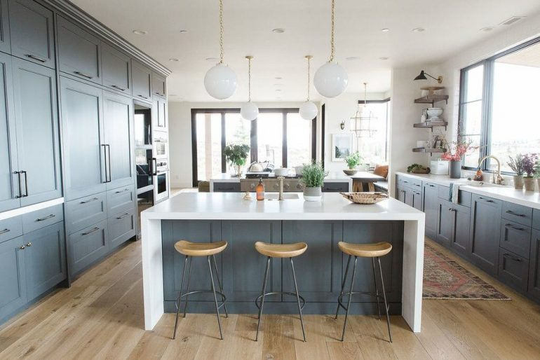 9 Stunning Dining Room Decor Ideas To Steal From Studio McGee dining room decor ideas 9 Stunning Dining Room Decor Ideas To Steal From Studio McGee 19ModernkitchenwithwhitewaterfalledgedcountertopsnaturalwoodbarstoolsanddarkcabinetsinBenjaminMooresCheatingHeart e1501067885109