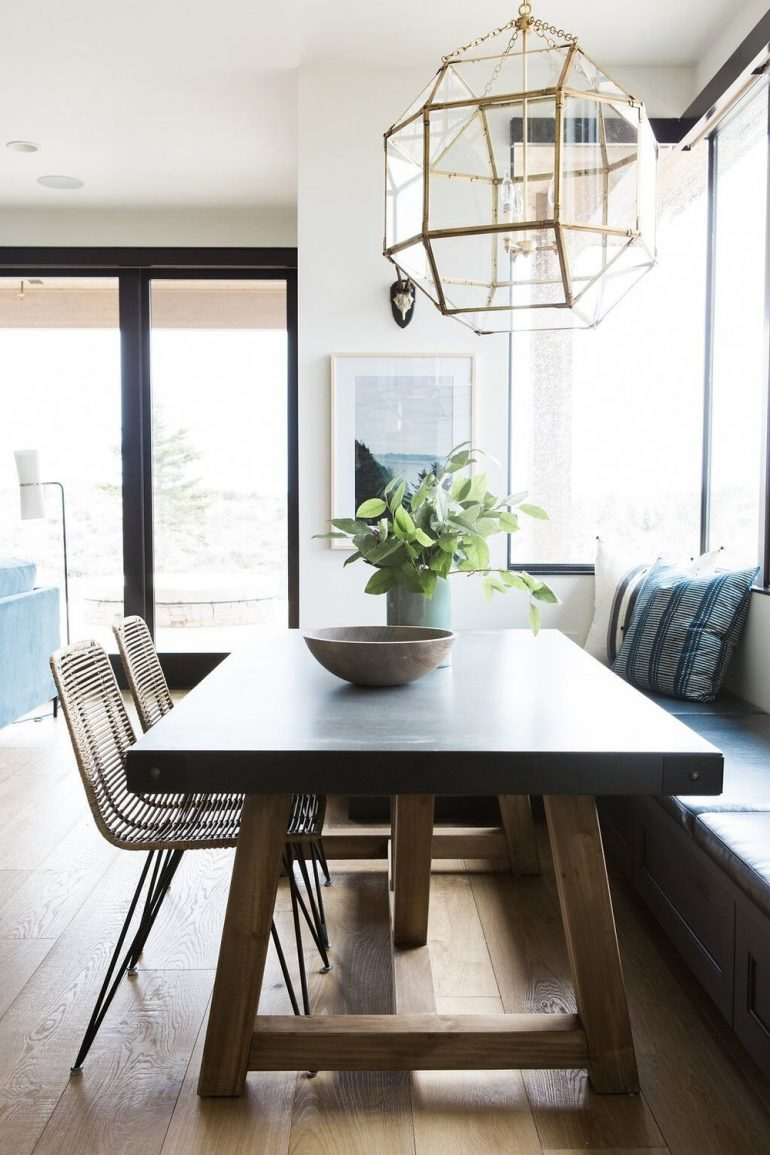 9 Stunning Dining Room Decor Ideas To Steal From Studio McGee dining room decor ideas 9 Stunning Dining Room Decor Ideas To Steal From Studio McGee 6Modernoutdoorsykitchennookwithstatementlantern e1501067869180
